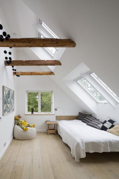 Hálószoba tetőtéri ablakokkal - háló ötlet, modern stílusban