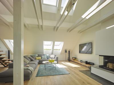 Felnyíló tetőtéri ablak a nappaliban - nappali ötlet, modern stílusban