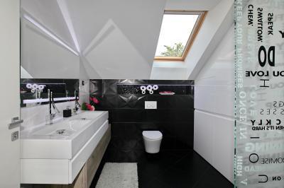 Jó szellőzés tetőtéri ablakokkal a fürdőben - fürdő / WC ötlet, modern stílusban