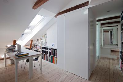 Elegendő fény tetőtéri ablakkal - dolgozószoba ötlet, modern stílusban