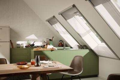 Szúnyoghálóval felszerelt tetőtéri ablakok - konyha / étkező ötlet, modern stílusban