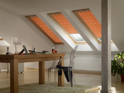 Árnyékolókkal felszerelt tetőtéri ablakok - dolgozószoba ötlet, modern stílusban