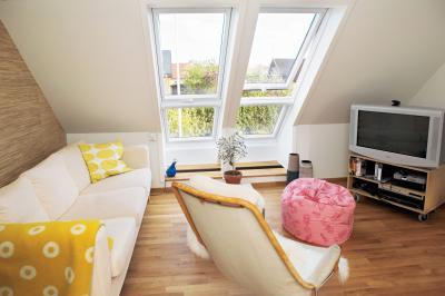 Felnyíló panoráma tetőtéri ablak - nappali ötlet, modern stílusban