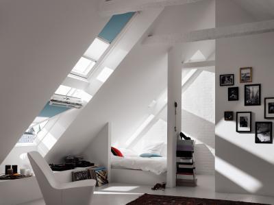 Árnyékolóval felszerelt tetőtéri ablakok - nappali ötlet, modern stílusban