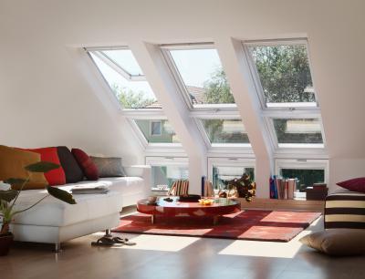 Fehér tetőtéri ablak - nappali ötlet, modern stílusban
