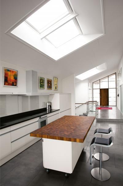 Magasan beépített tetőtéri ablak távvezérléssel - konyha / étkező ötlet, modern stílusban
