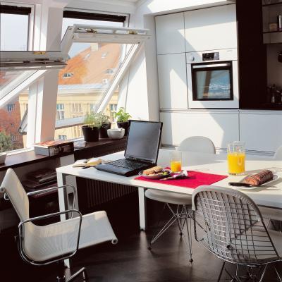 Fehér műanyagbevonatos tetőtéri ablak - konyha / étkező ötlet, modern stílusban
