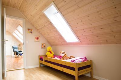 Sok természetes fény tetőtéri ablakkal a gyerekszobában - gyerekszoba ötlet, modern stílusban