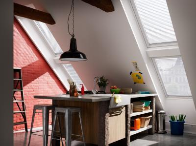 Tetősíkba elhelyezett ablak - konyha / étkező ötlet, modern stílusban