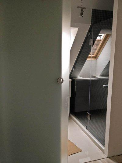 180°-os tetőtéri zuhanykabin - tetőtér ötlet, modern stílusban