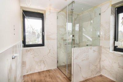 Üveg parapetfal, zuhanyfülkében - fürdő / WC ötlet, modern stílusban