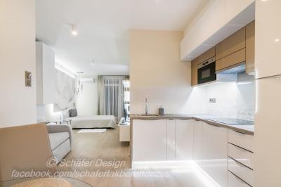 Romantikus stúdió apartman - konyha / étkező ötlet, modern stílusban
