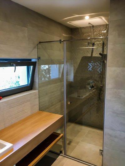 Befelé nyíló zuhanykabin - fürdő / WC ötlet, modern stílusban