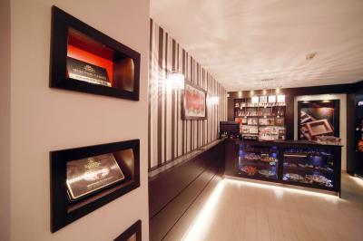 Csokoládébolt eladótér1 - belső továbbiak ötlet, modern stílusban