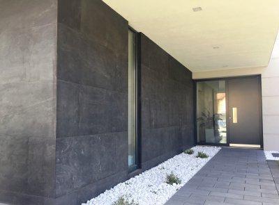 Slate Design Black LiteStone kőfurnér homlokzatburkolatú bejárat - bejárat ötlet