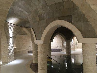 Slate Design Tan LiteStone kőfurnér íves felületeken - medence / jakuzzi ötlet