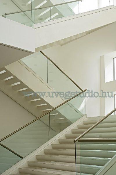Elegáns üvegkorlát kapaszkodóval építve - előszoba ötlet