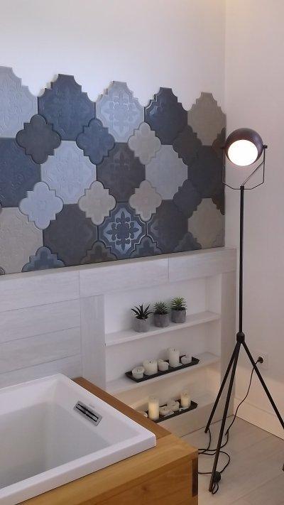 Modern fürdőszoba fával és betonnal - fürdő / WC ötlet, modern stílusban