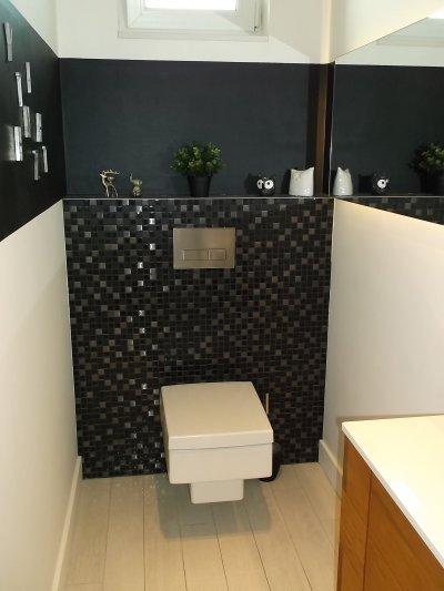 Modern WC fekete - fehérben - fürdő / WC ötlet