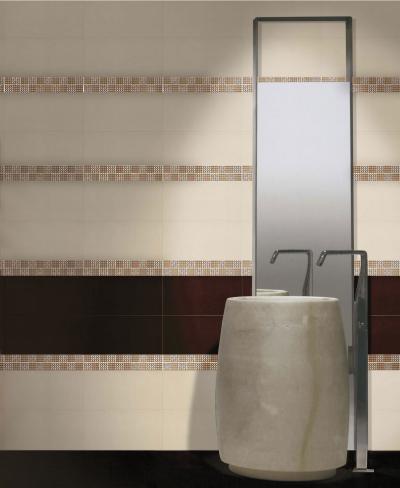 Barna fehér csempe dekorcsíkkal - fürdő / WC ötlet, modern stílusban