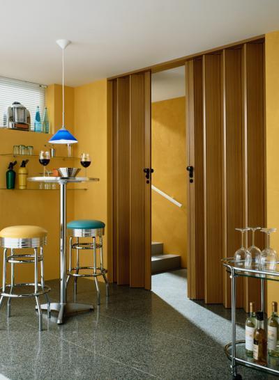 Harmonikaajtó fa felülettel - konyha / étkező ötlet, retro stílusban