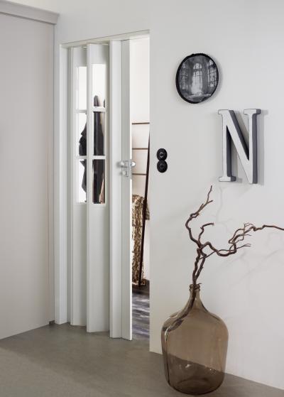 Harmonikaajtó osztott ablakkal - előszoba ötlet, modern stílusban