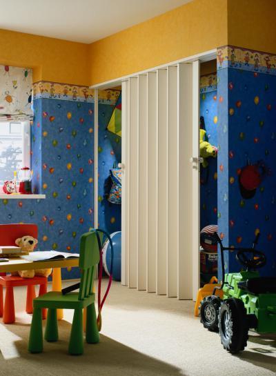 Harmonikaajtó a játéksarokban - gyerekszoba ötlet, modern stílusban