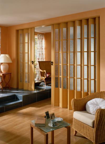 Kétszárnyú, eltérő hosszúságú harmonikaajtó - nappali ötlet, klasszikus stílusban