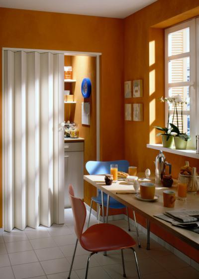 Harmonikaajtó homogén felülettel - konyha / étkező ötlet, modern stílusban