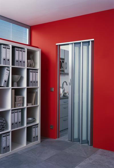 Harmonikaajtó piros fallal - dolgozószoba ötlet, modern stílusban