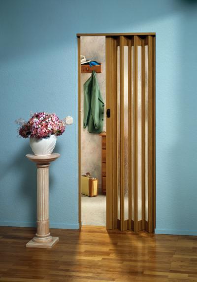 Fa és üveg harmonikaajtó - előszoba ötlet, modern stílusban