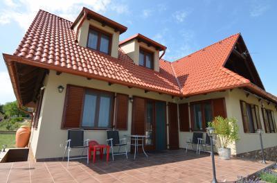 Klasszikus, vidéki stílusú lakóház, hagyományos, piros tetőcseréppel - tető ötlet, klasszikus stílusban