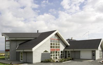 Modern épület zsindelytetővel - tető ötlet, modern stílusban