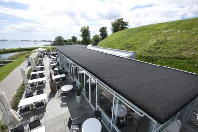 Vízparti bár Icopal bitumenes lapostető fedéssel - tető ötlet, modern stílusban