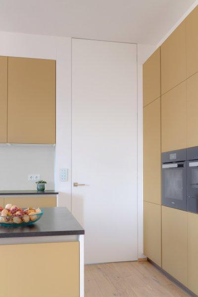 Tapétaajtó mennyezetig - konyha / étkező ötlet, modern stílusban