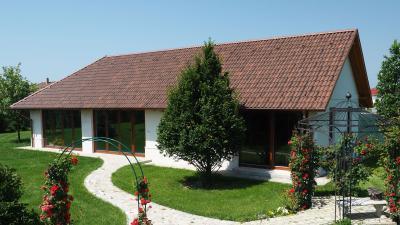 Country stílusú ház beton tetőcseréppel - tető ötlet
