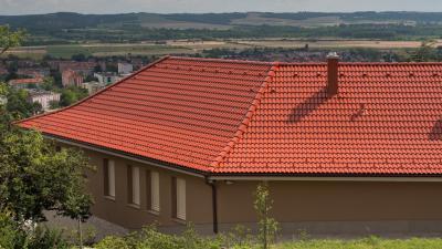 Klasszikus tető hozzáillő betoncseréppel - tető ötlet, modern stílusban