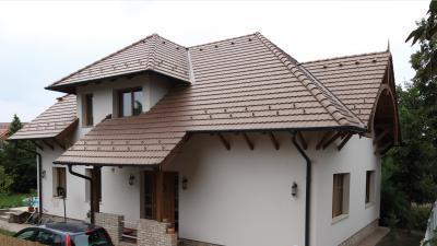 Hagyományos tetőforma klasszikus megjelenésű betoncserepekkel - tető ötlet, klasszikus stílusban