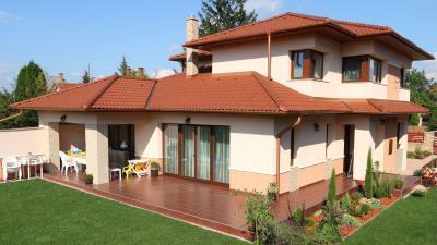 Natúr színű beton tetőcserepek - tető ötlet, klasszikus stílusban