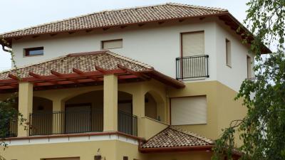 Mediterrán stílusú lakóház beton tetőcserepekkel - tető ötlet, mediterrán stílusban