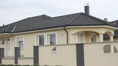 Klasszikus lakóház sötét színű beton tetőcseréppel - tető ötlet, klasszikus stílusban