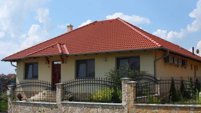 Sátortetős családi ház beton tetőcseréppel - tető ötlet, klasszikus stílusban