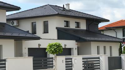 Sorház sötét színű beton tetőcserepekkel - tető ötlet, modern stílusban