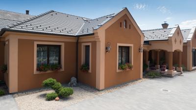 Klasszikus lakóház elegáns beton tetőcserepekkel - tető ötlet, klasszikus stílusban