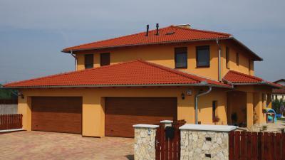 Piros beton tetőcserepek a modern lakóházon - tető ötlet, modern stílusban