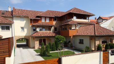 Társasház mediterrán beton tetőcserepekkel - tető ötlet, mediterrán stílusban