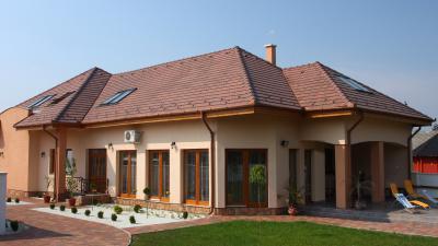 Klasszikus épület beton tetőcserepekkel - tető ötlet, klasszikus stílusban