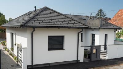 Hagyományos tető sötét betoncserepekkel - tető ötlet, modern stílusban