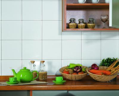 Fehér csempe a konyhában - konyha / étkező ötlet, rusztikus stílusban
