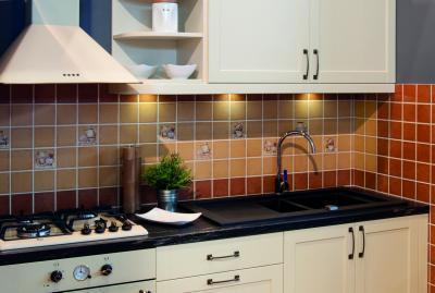 Kontrasztos színek a konyhában - konyha / étkező ötlet, klasszikus stílusban